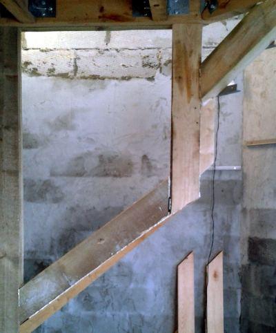 Разметка ступенек, крепления к стенам уголком.