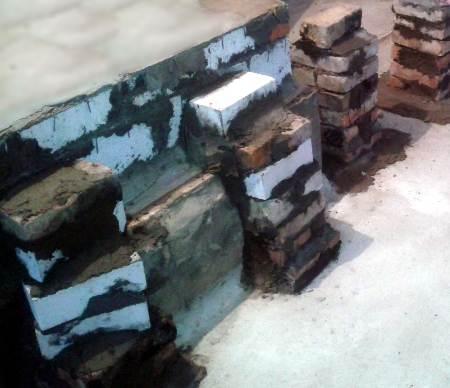 Столбики примазанные к печному фундаменту